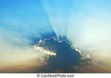 promienie słońca, w, błękitne niebo