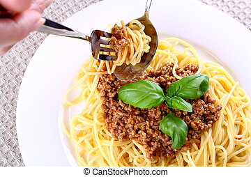 Properly eat spaghetti bolognese with fork and spoon