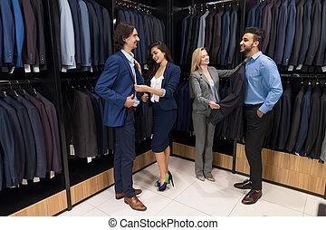 propozycja, handlowy, pomyślny, mężczyźni, wybierając, petycje, elegancki, pociągający, samica, nowy, sprzedawcy, odzież