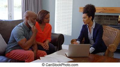 propriété, couples mûrs, ordinateur portable, sur, maison,...