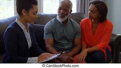 propriété, couples mûrs, sur, maison, femme, agent, course,...