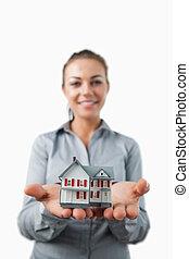 propriété, présenté, être, maison, jeune, agent, miniature, femme