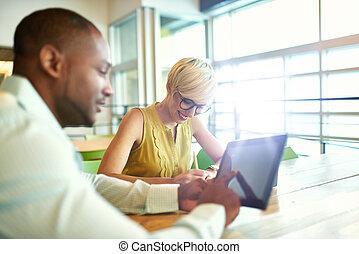 propriétaires, fonctionnement, business, séance, média, numérique, deux, créatif, quoique, tablette, millenial, bureau, petit, utilisation, stratégie, social