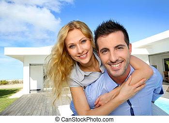 propriétaires, maison, leur, devant, nouvelle propriété, heureux