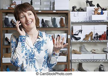 proprietario, di, negozio scarpa, telefono