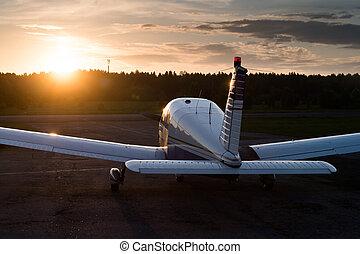 propulsor, estacionado, cuádruple, avión, airfield., ocaso, ...