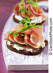 Sandwich with prosciutto, goat cheese and fig