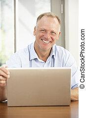 prostředek stár, voják, pouití počítač na klín, doma