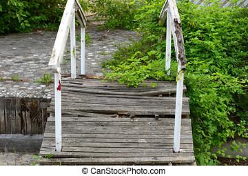 prosty, nieruchome-życie, fotografia, od, stary, złamany, most, w ogrodzie