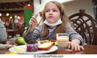 protecteur, girl, monde médical, dîner, mange, masque, menton, room., saucisse