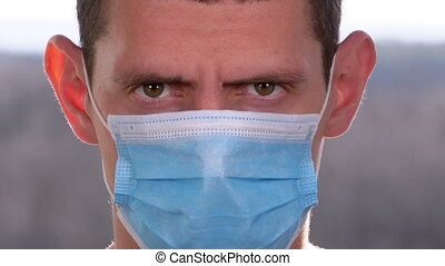 protecteur, jeune, appareil photo, homme médical, figure, regarder, fond, rue, masque