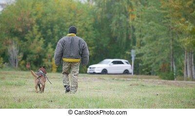 protecteur, loin, chien, appareil photo, entraîné, promenades, homme