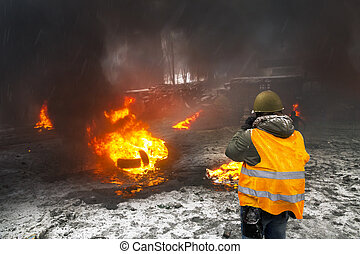 Protesters burn tires to protect from snipers - Ukraine,...
