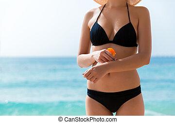 protetor, aplicando, dela, sol, jovem, mão, mulher, praia, creme