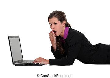 przód, znudzony, laptop, kobieta, leżący