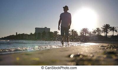 przechadzki, podczas, młody, zachód słońca, kapelusz, plaża, wzdłuż, człowiek