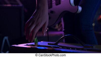przed, przygotowując, samica, muzyk, gitara, koncert, jej