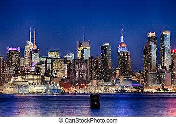 przedimek określony przed rzeczownikami, miasto nowego yorku, w kierunku miasta, sylwetka na tle nieba, w, przedimek określony przed rzeczownikami, noc