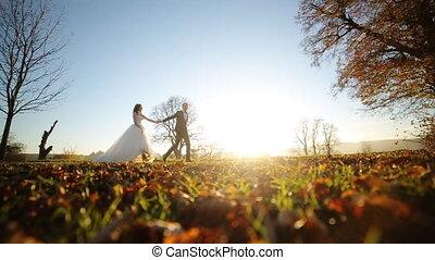 przedimek określony przed rzeczownikami, panna młoda i oporządzają, piękny, młoda para, dzierżawa wręcza, dosiadając parku, na, zachód słońca, na, przedimek określony przed rzeczownikami, dzień, od, ich, ślub, strzał, w, powolny ruch, zatkać się