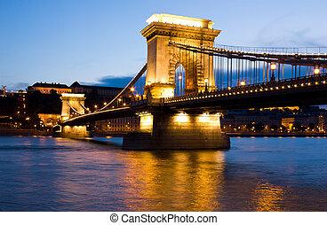 przedimek określony przed rzeczownikami, przymocujcie most, w, budapeszt, zaświecić, przez, przedimek określony przed rzeczownikami, uliczne światła
