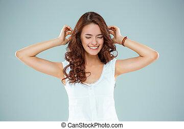 przedimek określony przed rzeczownikami, szczęśliwa kobieta, na, szare tło