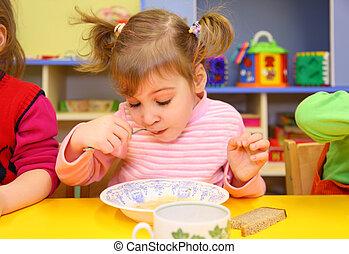 przedszkole, mała dziewczyna, jedzenie