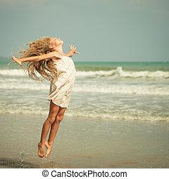 przelotny, skok, plaża, dziewczyna, na, błękitny, morski...