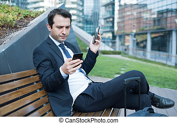 przemęczony, używając, dyrektor, dwa, cellphones