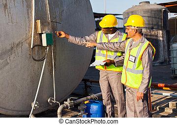 przemysłowy, inżynierowie, kontrolowanie, paliwowy zbiornik