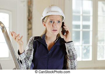 przewrócić, kobieta, budowniczy, telefon, mówiąc