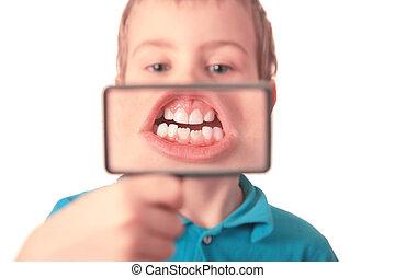 przez, szkło powiększające, widać, chłopiec, zęby