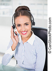 przy headset, brunetka, radosny, kobieta interesu