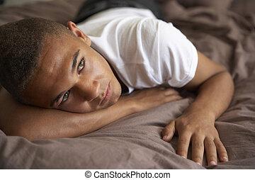 przygnębiony, chłopiec, teenage, leżący, sypialnia