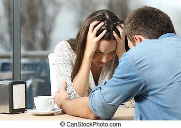 przygnębiony, dziewczyna, człowiek, utulając, smutny
