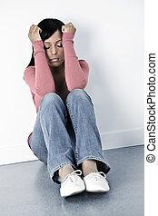 przygnębiony, posiedzenie, kobieta, podłoga