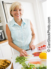 przygotowując, kobieta, pora na posiłek, mąka
