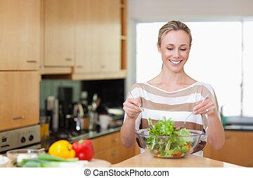 przygotowując, kobieta uśmiechnięta, mąka