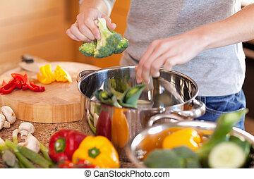 przygotowując, kobieta, zupa, roślina