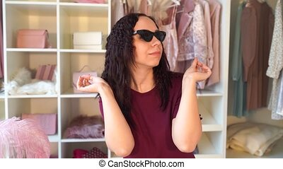 przygotowując, pokój, obrywka, okulary, sunglasses, vacation., dom, dziewczyna, kobieta, tries