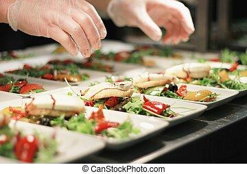 przygotowując, sałata