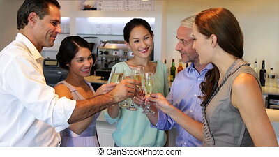 przyjaciele, świętując, razem, z, szampan