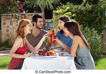przyjaciele, cieszący się, grupa, mąka, outdoors