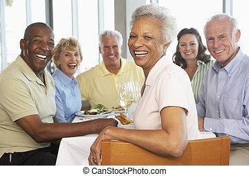 przyjaciele, jdząc lunch, razem, na, niejaki, restauracja
