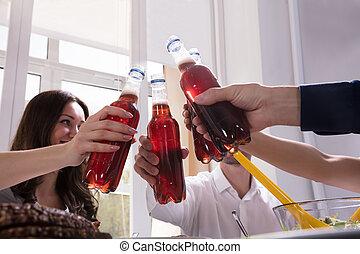 przyjaciele, napój, butelki, lemoniada, świętując