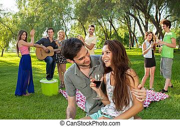 przyjaciele, para, cieszący się, piknik, młody