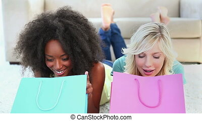 przyjaciele, przeglądnięcie, shopping torby