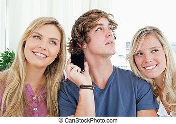 przyjaciele, słuchający, telefon, trzy, rozmowa