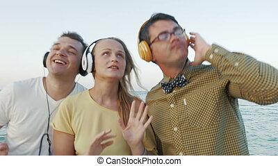 przyjaciele, słuchawki, muzykować słuchanie
