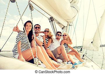 przyjaciele, uśmiechanie się, posiedzenie, jacht, pokład