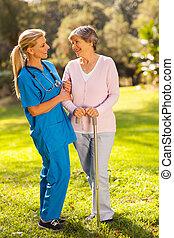 przyjacielski, caregiver, mówiąc do, starsza kobieta, outdoors